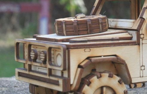 Holzmodell - Reserverad Motorhaube